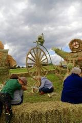 2015 Strohskulpturen Aufbau